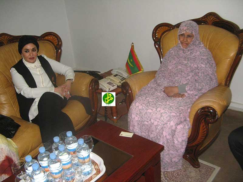 Famille arabe faisant des emplettes en ligne dans le bureau photo